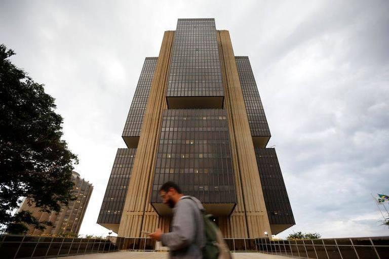 Pedestres diante da sede do Banco Central, em Brasília (DF)