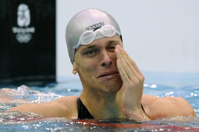 O nadador brasileiro Cesar Cielo chora após conquistar a medalha de ouro nos 50 m livre, com recorde olímpico, no Cubo D'Água, em Pequim