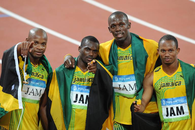 A partir da esquerda, os jamaicanos Asafa Powell, Nesta Carter, Usain Bolt e Michael Frater comemoram a conquista do ouro no revezamento 4x100m rasos, o terceiro de Bolt; mas em 2017, após os exames antidoping serem refeitos com nova tecnologia, Carter foi pego com subtância dopante e a equipe perdeu a medalha, que foi herdada pelo time brasileiro