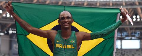 Brazil's Alison Dos Santos celebrate after taking third place in  the men's 400m hurdles final during the Tokyo 2020 Olympic Games at the Olympic Stadium in Tokyo on August 3, 2021. (Photo by Javier SORIANO / AFP)