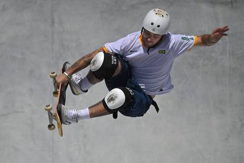 TOPSHOT - Brazil's Pedro Barros competes in the men's park heats during the Tokyo 2020 Olympic Games at Ariake Sports Park Skateboarding in Tokyo on August 05, 2021. (Photo by Lionel BONAVENTURE / AFP)