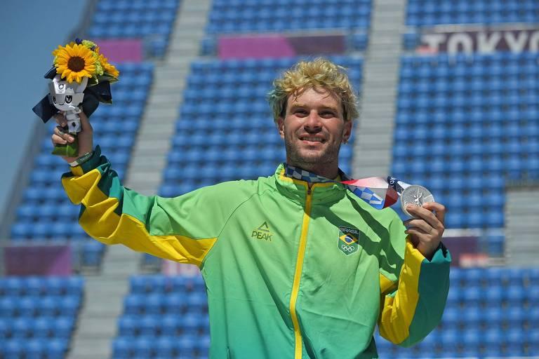 Pedro Barros comemora medalha de prata no skate park