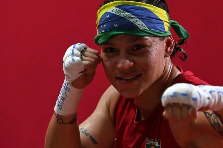 Bia Ferreira, 28, comemora após vencer a finlandesa Mira Marjut Johanna Potkonen, 40, na semifinal de boxe; ela disputará a final contra a irlandesa Kellie Harrington no domingo (8), às 2h
