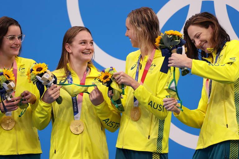 Cate Campbell, Emma McKeon, Chelsea Hodges e Kaylee McKeown com o ouro do 4 x 100 m medley