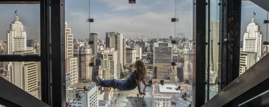 Visitante no Sampa Sky, novo mirante de vidro que será inaugurado no centro de São Paulo