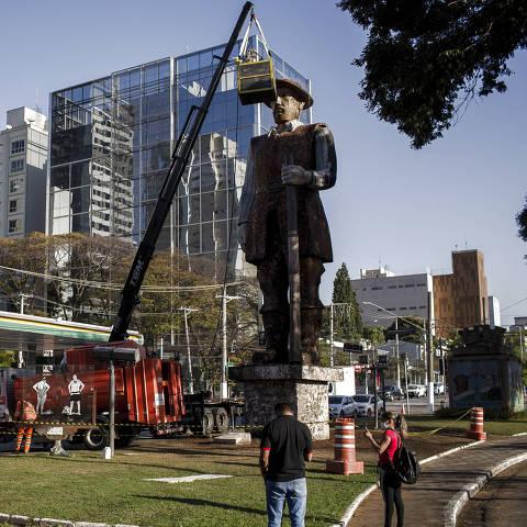 SÃO PAULO, SP, BRASIL, 26-07-2021: Funcionários fazem limpeza da estátua do Borba Gato que foi incendiada por manifestantes no ultimo sábado 25, no bairro de Santo Amaro, em São Paulo. (Foto: Eduardo Anizelli/ Folhapress, Cotidiano) ***EXCLUSIVO***