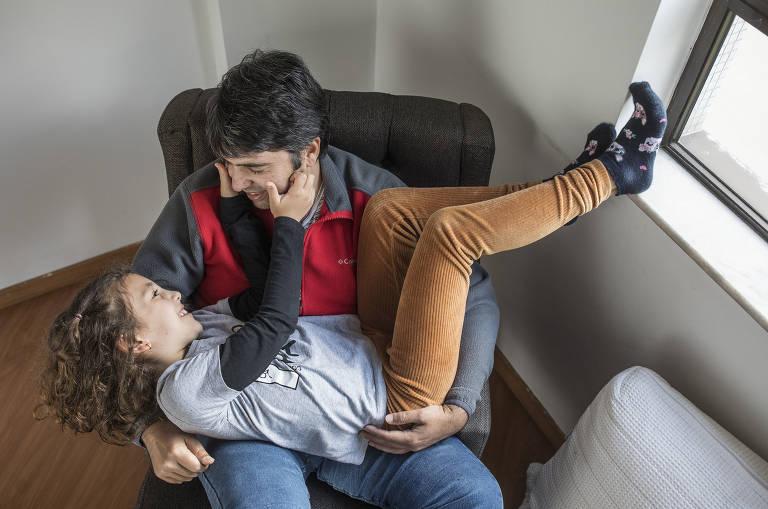 Pai e filhos reaprendem juntos maneiras de expressar sentimentos e se comunicarem após comprometimento da fala