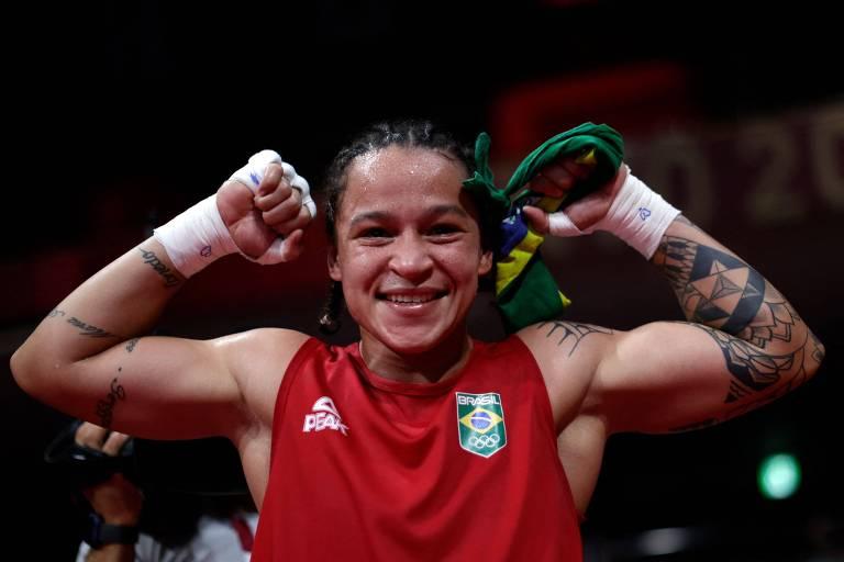 Beatriz Ferreira comemora a vitória na semifinal do boxe, em Tóquio; ela encara uma irlandesa pela medalha de ouro