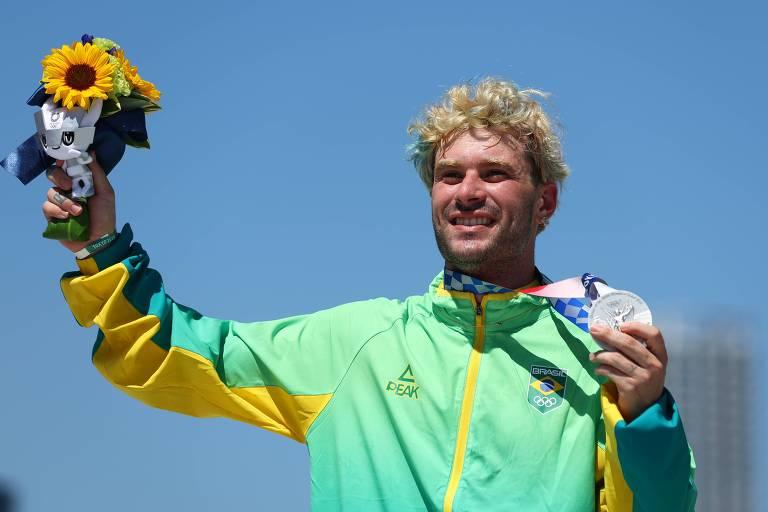 Pedro Barros comemora a conquista da medalha de prata nos Jogos Olímpicos de Tóquio-2020