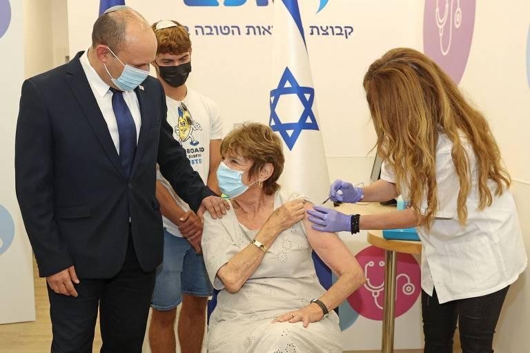 O primeiro-ministro de Israel Naftali Bennett acompanhou a aplicação de uma terceira dose da vacina da Pfizer contra Covid-19 em uma clínica na cidade de Haifa, no norte do país