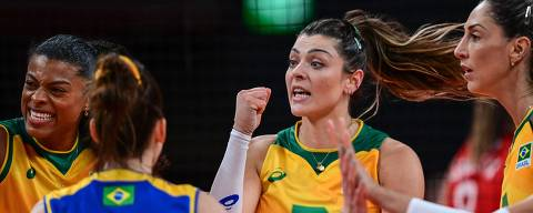 Brazil's Fernanda Rodrigues (L) and Rosamaria Montibeller (C) react after a point in the women's quarter-final volleyball match between Brazil and Russia during the Tokyo 2020 Olympic Games at Ariake Arena in Tokyo on August 4, 2021. (Photo by PEDRO PARDO / AFP)
