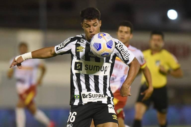Santos é derrotado por time da quarta divisão, mas avança na Copa do Brasil