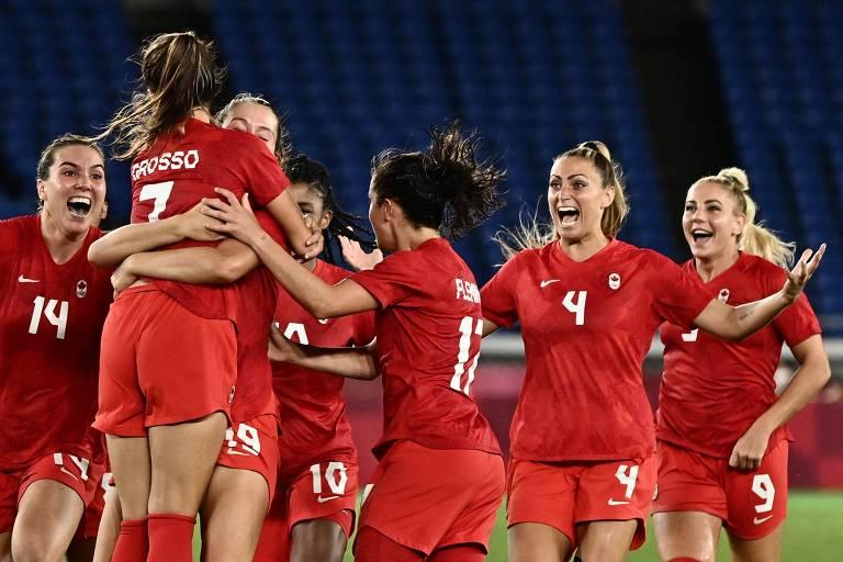 Jogadoras do Canadá comemoram a medalha de ouro no futebol feminino em Tóquio