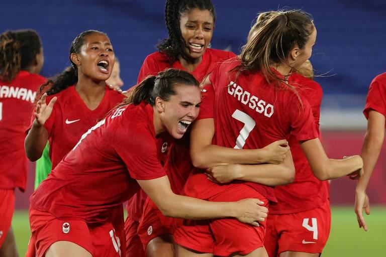 Canadenses celebram a conquista do primeiro título olímpico do país no futebol. Grosso foi a responsável pelo pênalti decisivo