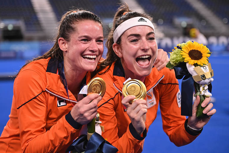 Jogadoras da Holanda comemoram com a medalha de ouro no hóquei sobre grama