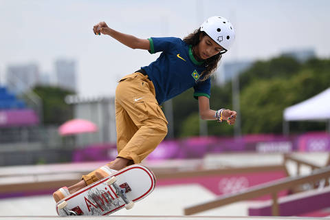 (210726) -- TOKIO, 26 julio, 2021 (Xinhua) -- Rayssa Leal, de Brasil, compite durante la final de skateboarding street femenino, en Tokio, Japón, el 26 de julio de 2021. (Xinhua/Li Ga) (ah) (vf)