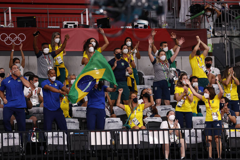 Atletas da delegação brasileira  foram a partida de vôlei torcer pelo país