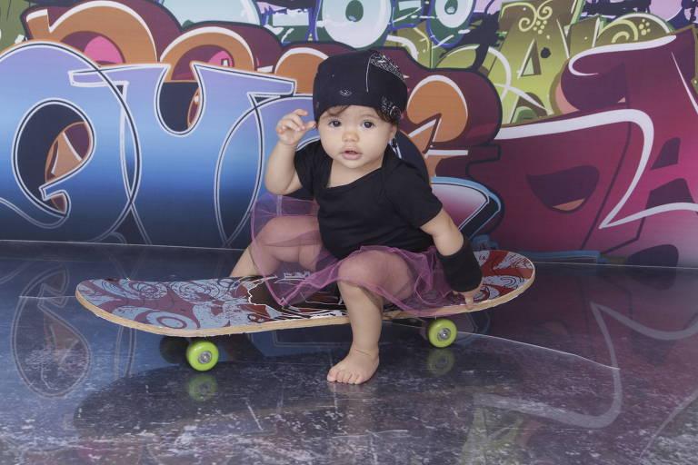 Alice, um ano e meio, gosta de brincar de skate