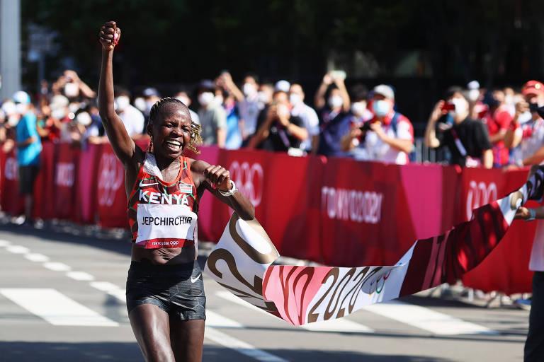 Em prova quente e lenta, queniana Jepchirchir vence maratona das Olimpíadas de Tóquio