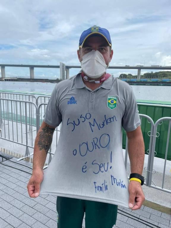 """Lauro de Souza Júnior, o Pinda, com camiseta em que está escrito """"Suso Morlan, o ouro é seu"""""""