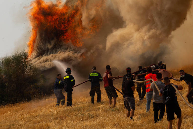 Na Grécia, incêndios do 'verão do pesadelo' atingem norte de Atenas, e moradores evacuam ilha