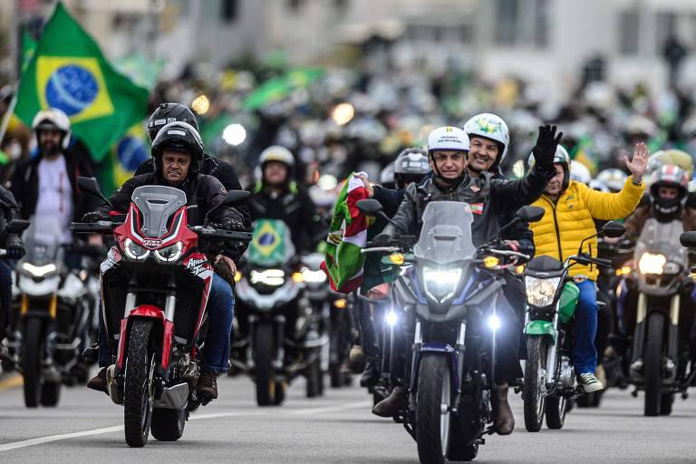 Jair Bolsonaro participa de motociata em Florianópolis