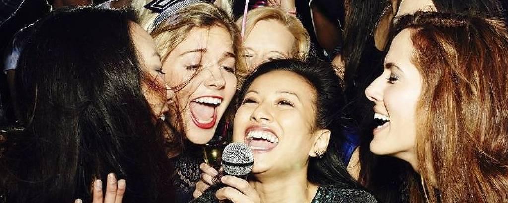 Mulher cantam em karaokê