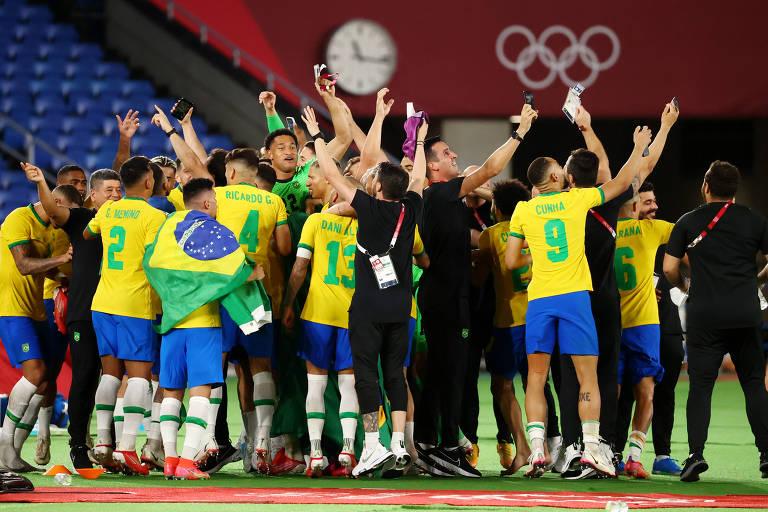 Jogadores brasileiros comemoram a conquista do ouro no futebol masculino