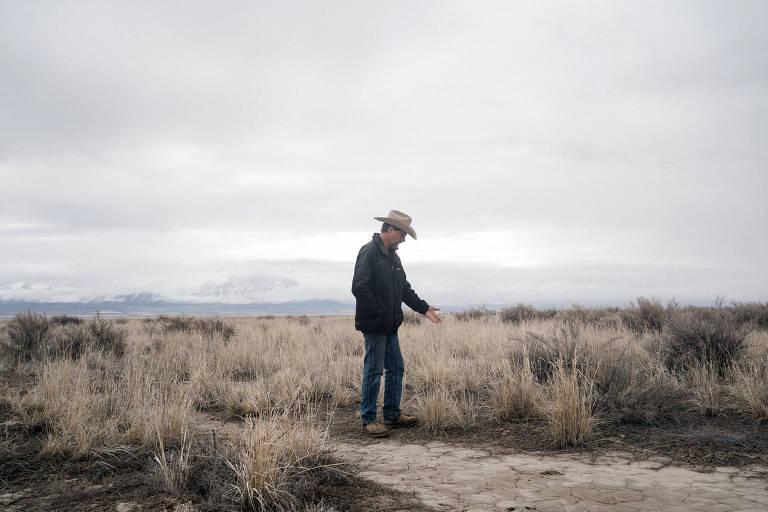 Edward Bartell caminha em seu rancho em Orovada, no estado de Nevadaperto da mina a céu aberto da Lithium Americas