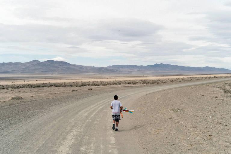 O menino Kash Hinckey, 12, faz corrida de oração em paisagem de deserto em Humboldt County, Nevada, em protesto contra exploração de mina de lítio