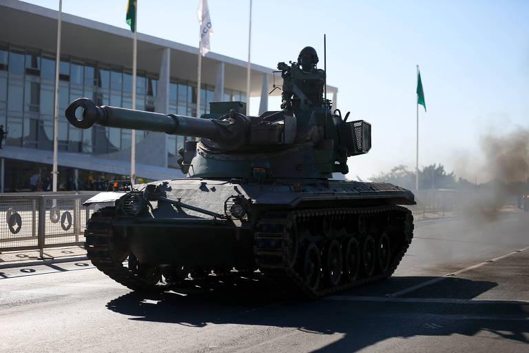 Desfile vazio de Bolsonaro aumenta pressão sobre comandante do Exército