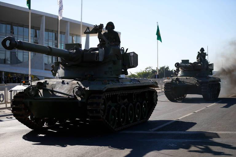 Blindados da Marinha desfilam na Esplanada dos Ministérios