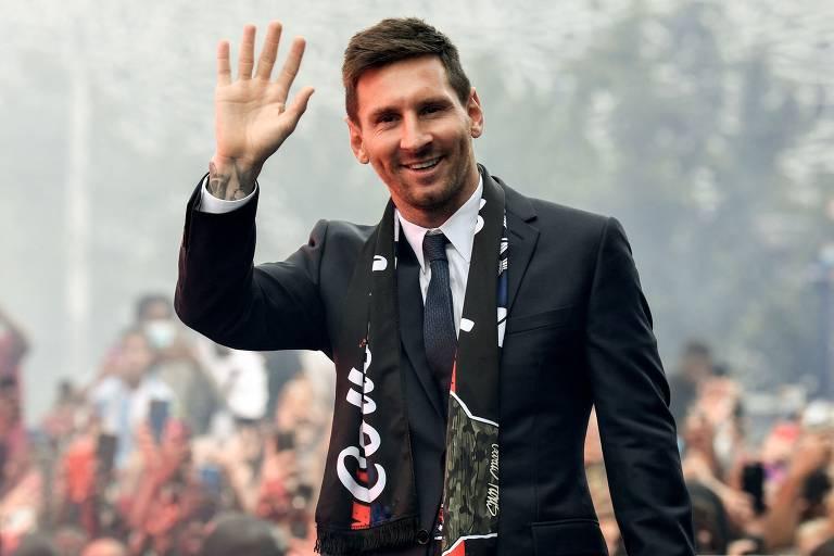 Lionel Messi foi recebido por torcedores do Paris Saint-Germain no Parque dos Príncipes, em Paris, na sua apresentação oficial no clube francês