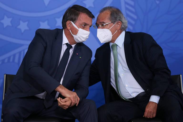 O presidente Jair Bolsonaro e o ministro Paulo Guedes (Economia), durante cerimônia no Palácio do Planalto