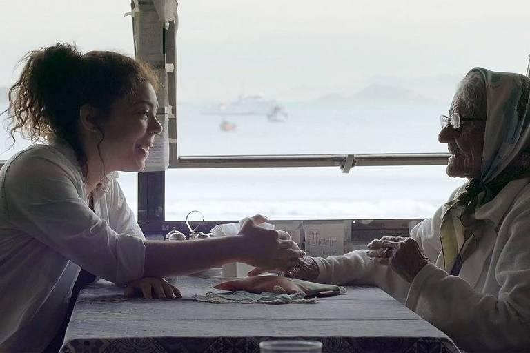 Duas mulheres conversam em um bar