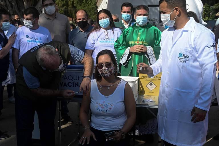O ministro da Saúde, Marcelo Queiroga, aplica vacina em residente da ilha de Paquetá, no Rio