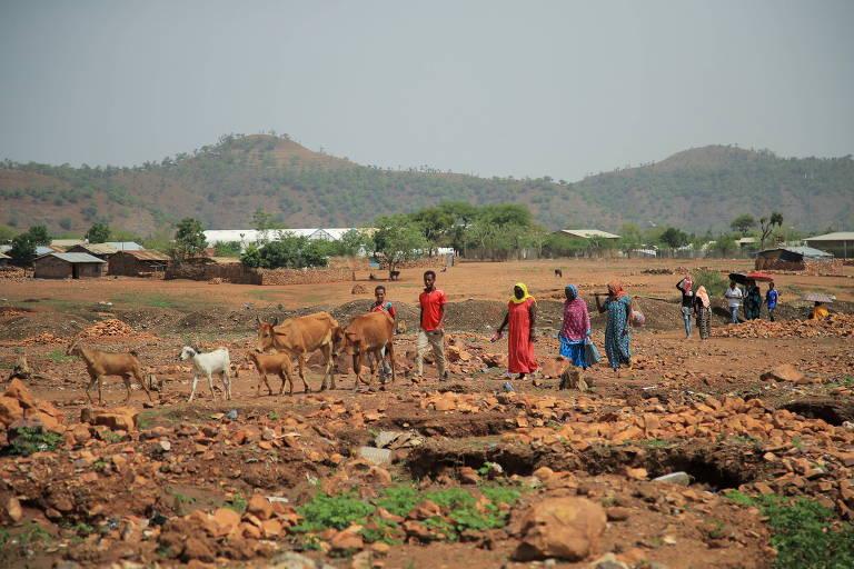 Moradores passam por campo de refugiados em Mai Tsberi, na região do Tigré