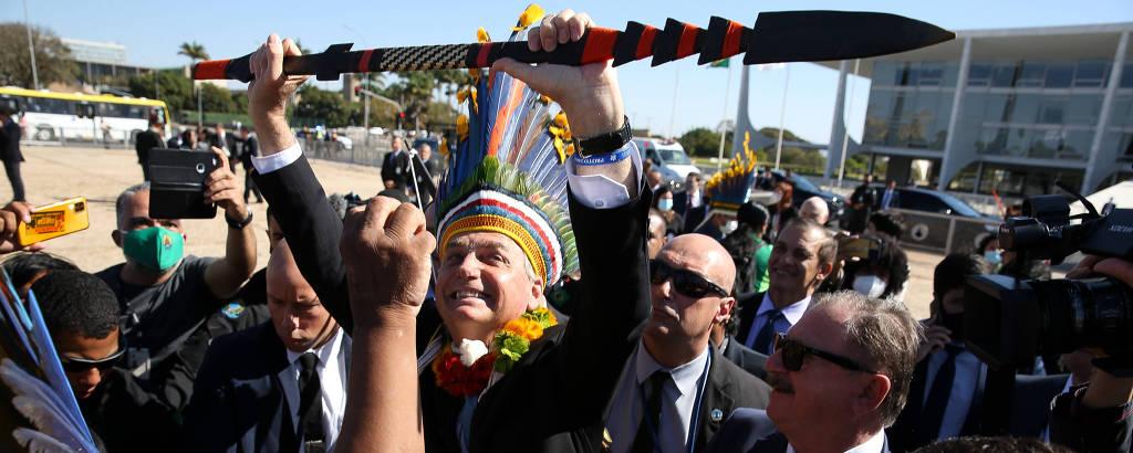 O presidente Jair Bolsonaro com indígenas em frente ao Palácio do Planalto