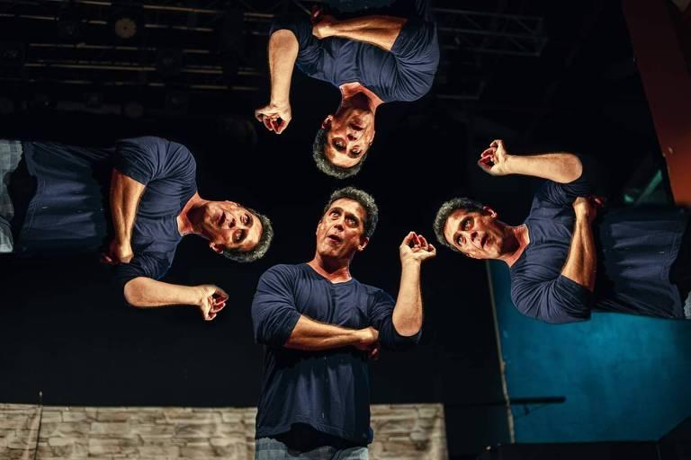 A ator aparece com uma mão dobrada, com o cotovelo apoiado. Em uma montagem, ele aparece nos quatro cantos da imagem.