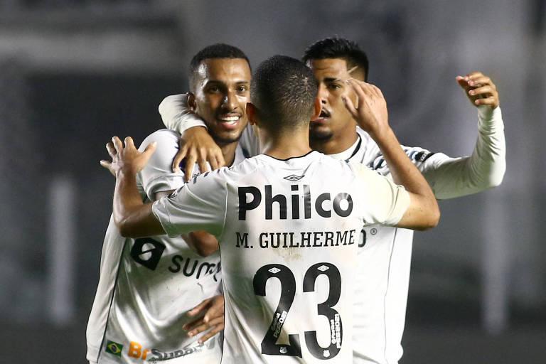 Com um a menos, Santos marca no fim e fica em vantagem na Sul-Americana