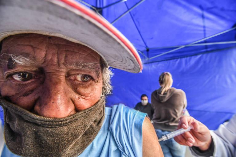 Após quatro meses em atraso, Ronoel Acácio, 76, recebe a segunda dose da Coronavac na AMA/UBS Integrada Jardim Brasil