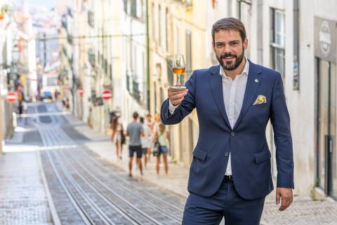 LISBOA - PORTUGAL - 06-08-2021 - PEDRO RAMOS - O sommelier do Alma, restaurante com duas estrelas Michelin em Lisboa.   (Líbia Florentino/Folhapress)  ***Exclusivo Folha de S.Paulo***