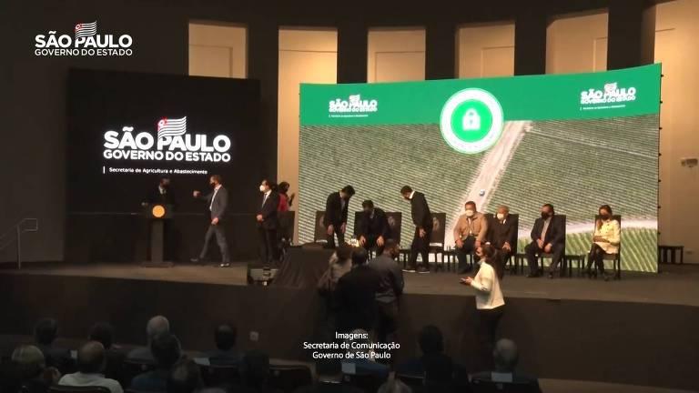 Governador João Doria (PSDB) durante evento com aglomeração no Palácio dos Bandeirantes.