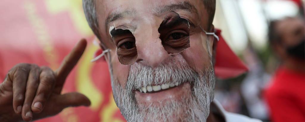 Homem com máscara retratando o ex-presidente Lula