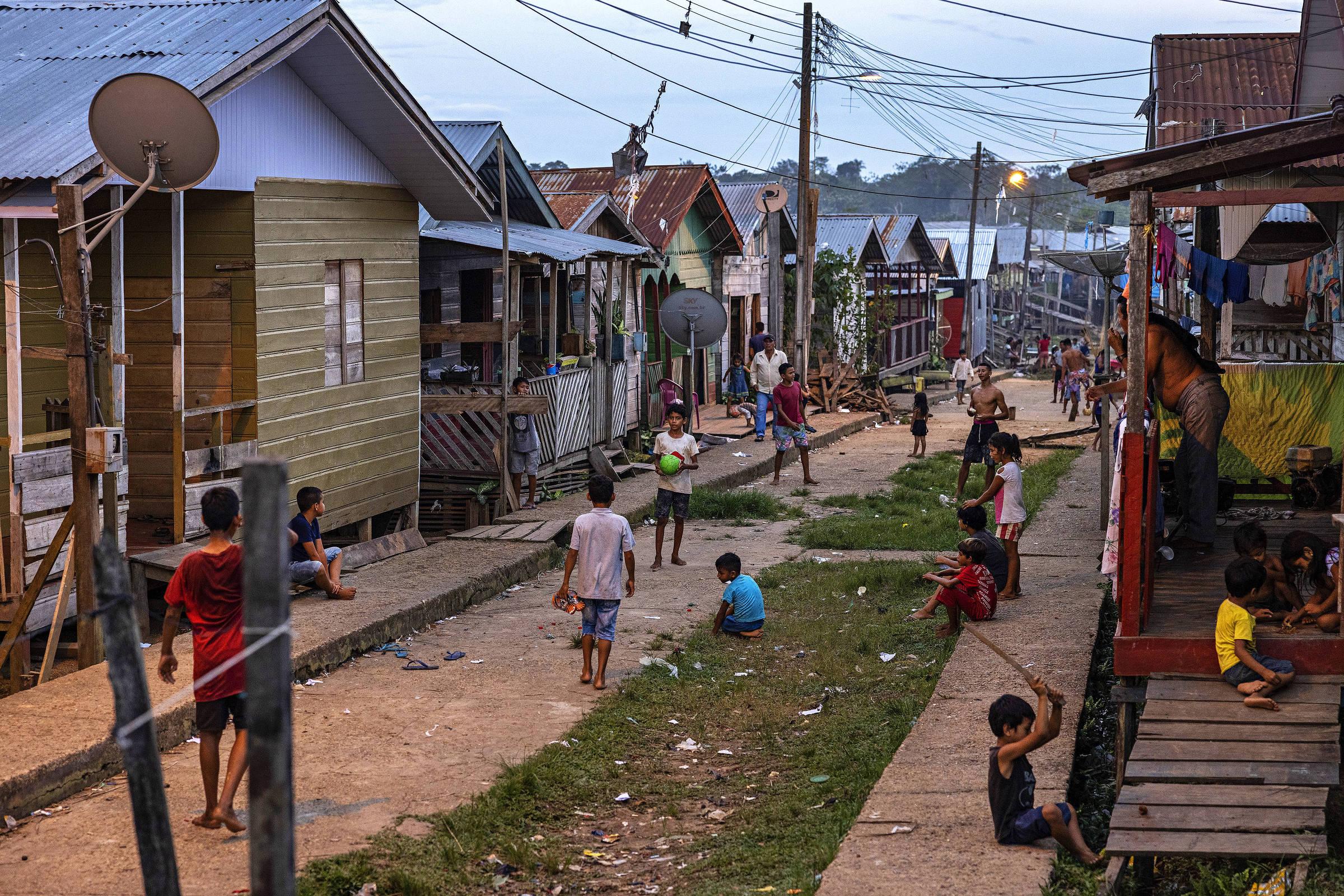 Crianças brincam no final da tarde em uma rua de Atalaia do Norte