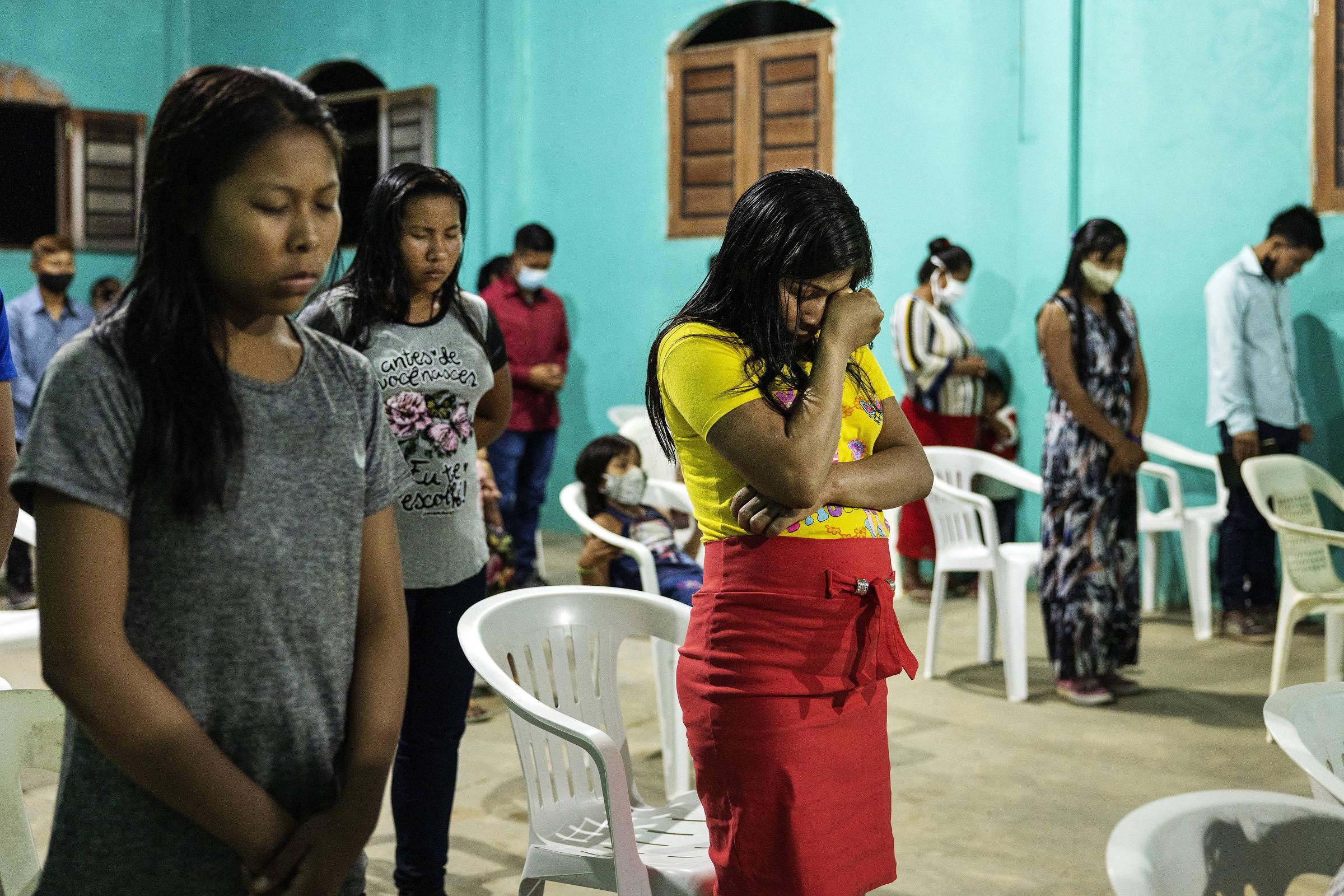 Indígenas participam de um culto na Igreja Presbiteriana do Brasil, em Atalaia do Norte