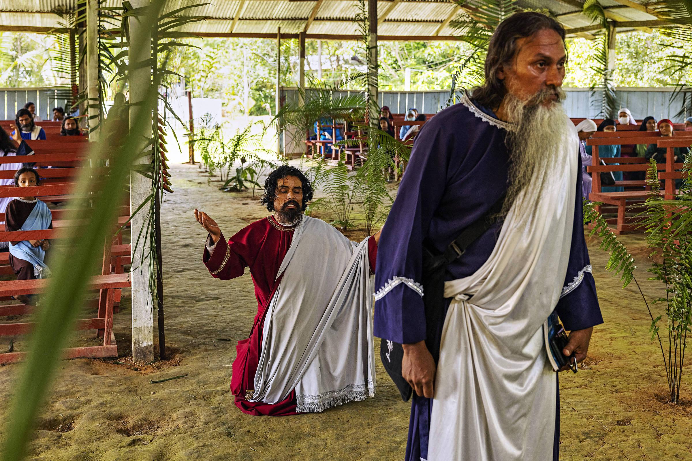 Fiéis participam de culto na igreja Missão Israelita do Novo Pacto Universal durante retiro dos fiéis na zona rural de Benjamin Constant, no Brasil