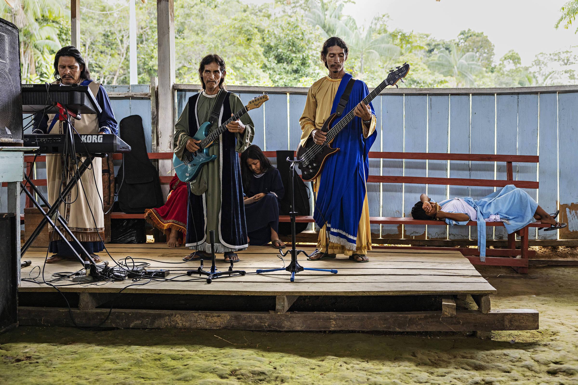 Músicos tocam durante culto na igreja Missão Israelita do Novo Pacto Universal durante retiro dos fiéis na zona rural de Benjamin Constant, no Brasil