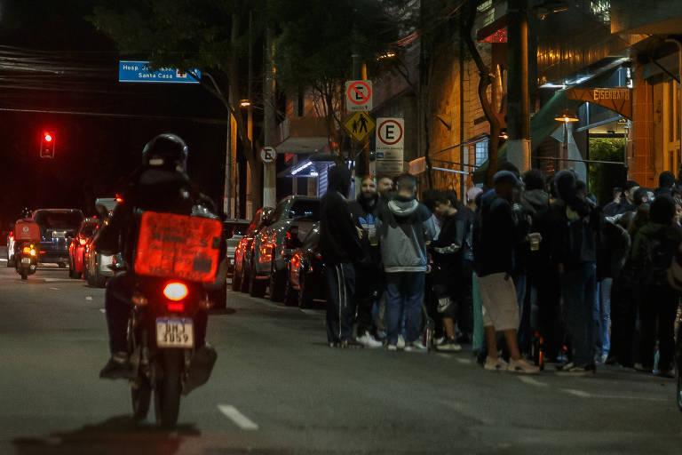 Centenas se aglomeram sem máscara em ruas do centro de SP
