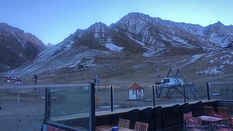 Falta de neve deixa centros de esquis fechados nos Andes